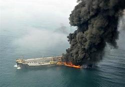 لحظه آتش گرفتن یک نفتکش در نزدیکی سواحل امارات + فیلم