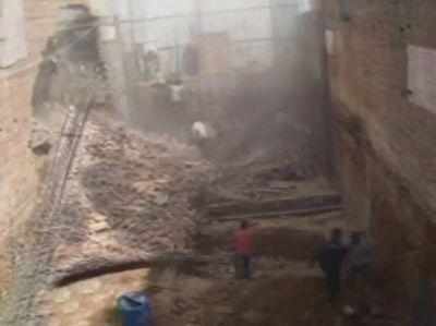 ریزش دیوار بر روی کارگران ساختمانی به دلیل حفاری غیراصولی + فیلم