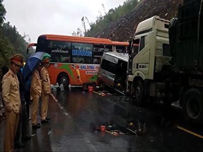 دریفت کشیدن مرگبار اتوبوس در هوای بارانی + فیلم