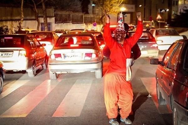 تکدی گری در لباس حاجی فیروز/ «مبارک» طلب پول نمیکند/ قصه متفاوت حاجی فیروز در خیابانهای شهر