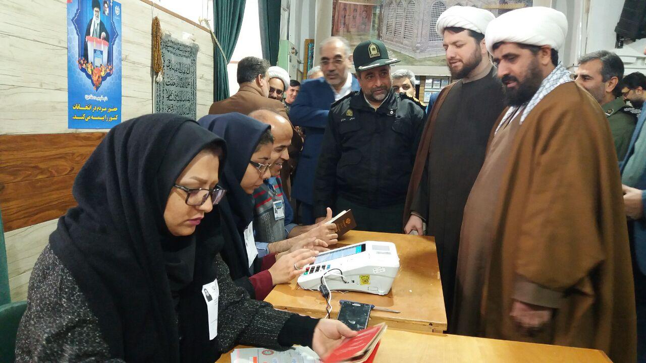 حضور امام جمعه  سرخس و مسئولین در پای صندوقهای رای