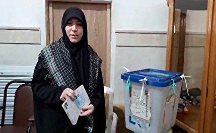 صحبتهای همسر شهید مدافع حرم «حمیدرضا بابالخانی» پای صندوق رای + فیلم