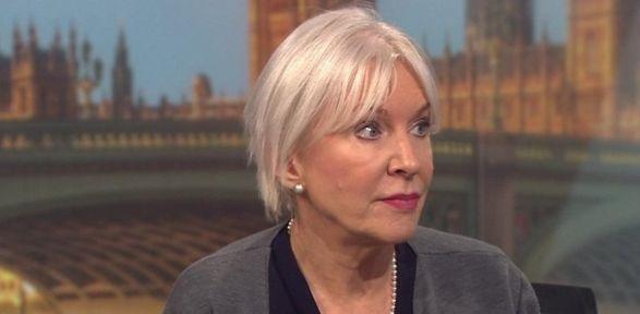 تناقض عجیب کرونایی در بی بی سی فارسی/ رسانه ملکه انگلیس یک موضوع، دو موضع گیری!