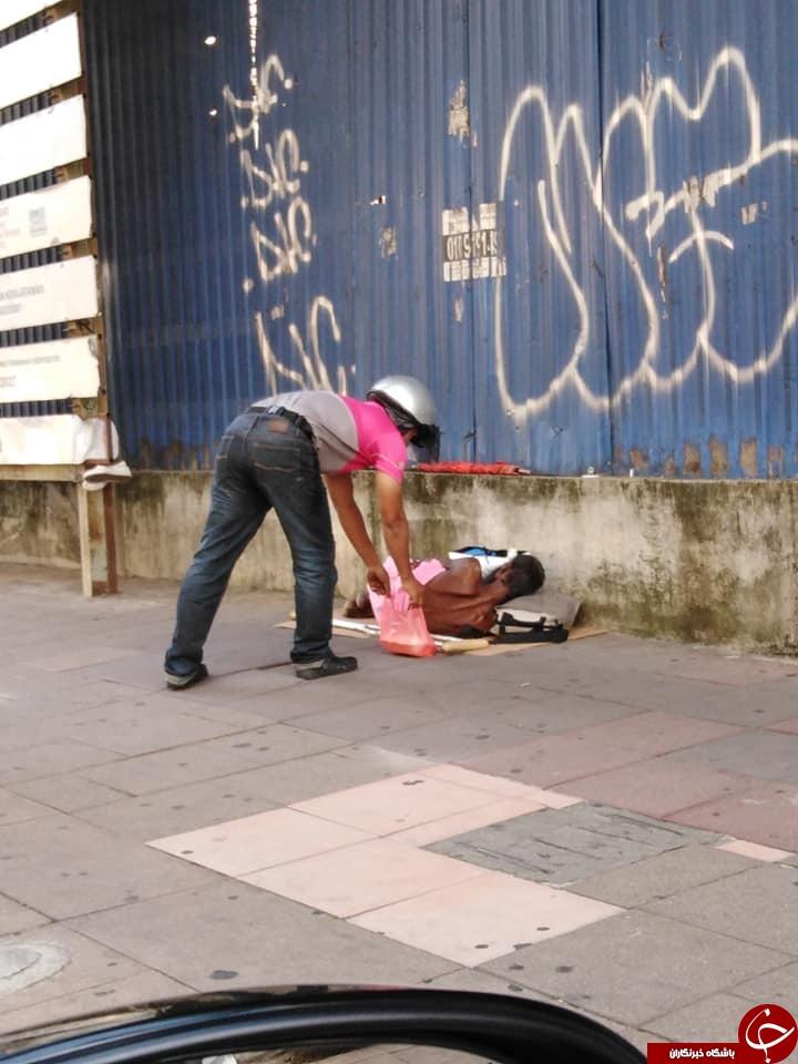اقدام انسادوستانه پیک غذارسان در خیابان///