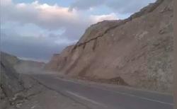 فرار لحظه آخری پراید از ریزش مرگبار کوه + فیلم