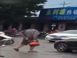 عبور مرد بی سر از خیابان! + فیلم