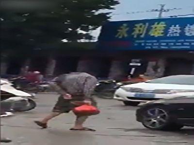 عبور مرد بی سر از خیابان + فیلم
