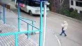 باشگاه خبرنگاران - برهم خوردن تعادل دختر جوان و عبور لاستیک اتوبوس از کنار صورتش + فیلم