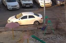 اقدام خنده دار مادر تنبل برای تفریح فرزندش