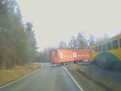چهار مصدوم به دلیل دور زدن بیجای راننده تریلی بر روی ریل قطار + فیلم