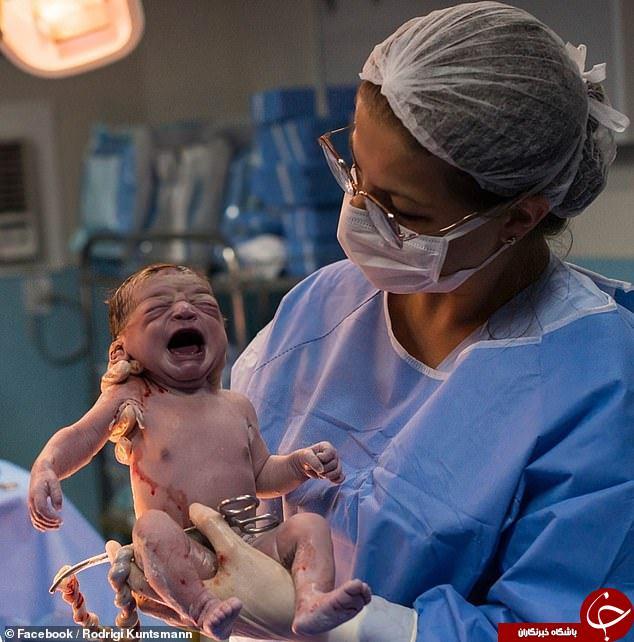 نگاه جالب نوزاد به پرستار پس از تولد!//