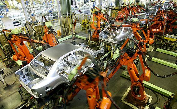 نگاه دولتی به صنعت خودرو باید کنار گذاشته شود/ تحریمها فرصتی برای حرکت به سمت خودکفایی است