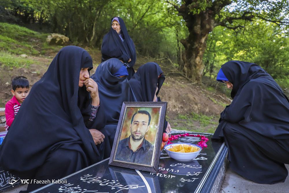 خانواده شهید هادی سوسرایی، معدنچی جانباخته در حادثه معدن زمستان یورت بر سر مزارش.