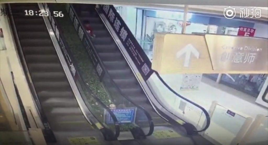 حادثه تلخی که بازیگوشی پسر خردسال روی پله برقی رقم زد + فیلم///