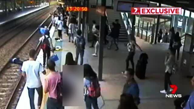 لحظه دلهره آور سقوط پیرمرد به داخل ریل قطار + فیلم///