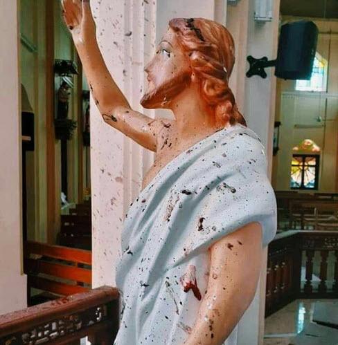 مجسمه مسیح بعد از انفجار در یکی از کلیساهای کلمبو در سریلانکا