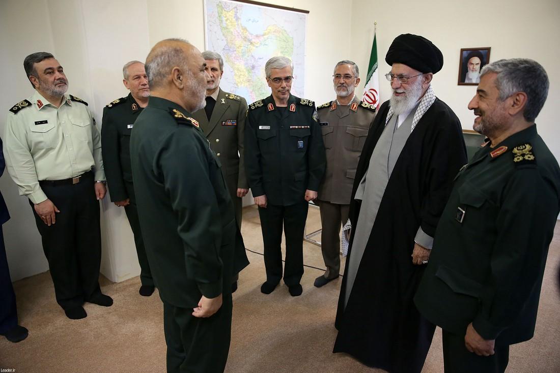 لحظه اعطای نشان سرلشکری به سردار سلامی توسط رهبر انقلاب +عکس
