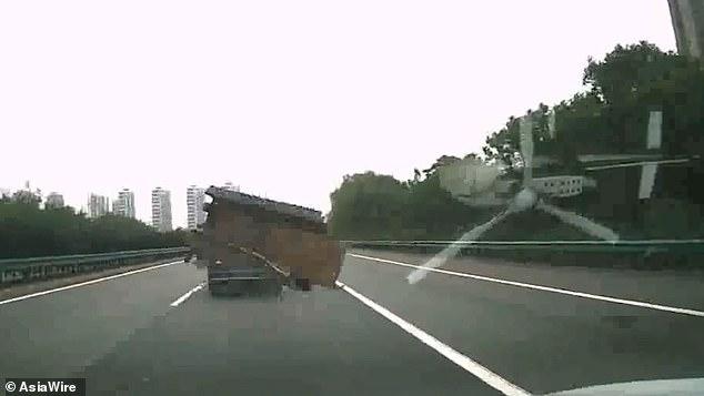 حادثه ای که سقوط آهن از کامیون در اتوبان رقم زد + فیلم////