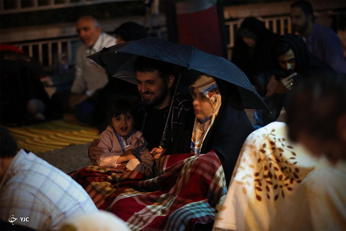 اشکهای بی وقفه باران بر سر مردم روزه دار/ با دعای کمیل زیر باران رحمت الهی