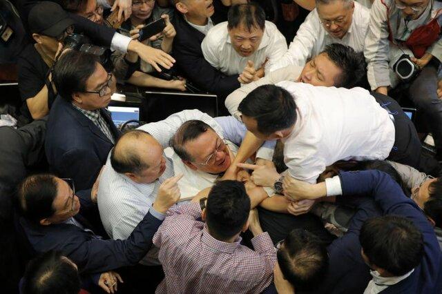 زد و خورد نمایندگان پارلمان هنگ هنگ