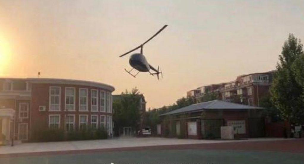 فرود مرد ثروتمند چینی با هلی کوپتر در حیاط مدرسه دخترش ! + فیلم///