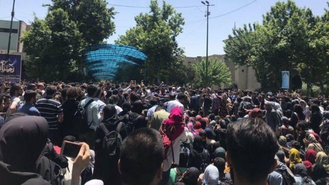 بیبیسی تجمع دوشنبه دانشگاه تهران را چگونه گزارش کرد؟ / عاملان تجمع، مارکسیستها بودند؟