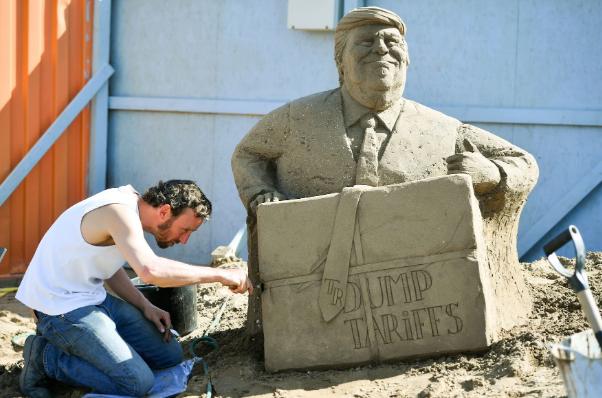 تصاویر روز: از ساخت مجسمه ترامپ با ماسه در انگلیس تا برگزاری تظاهرات در هند