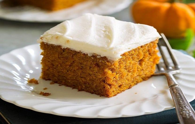 طرز تهیه کیک کدو ساده با تزئین خامهای به صورت تصویری