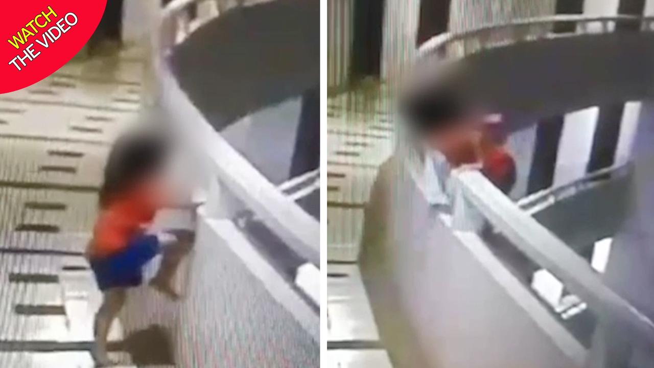 لحظه وحشتناک سقوط دختر خردسال از بالکن طبقه ۱۱ هتل + فیلم///