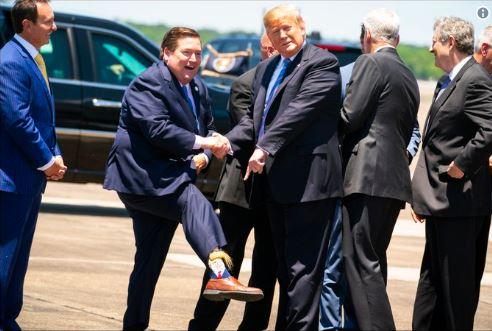 ترامپ با اقدام عجیب فرماندار لوئیزیانا غافلگیر شد+عکس