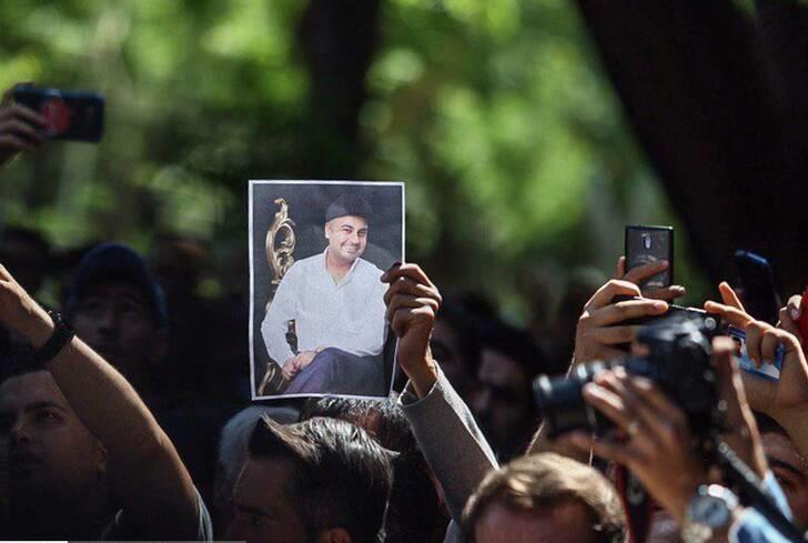 سلفیبگیران در مراسم تشییع آقای خواننده + تصاویر