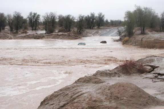 بارش باران و طغیان رودخانه های محلی در نیکشهر / مردم از اسکان در حاشیه رودخانهها خودداری کنند