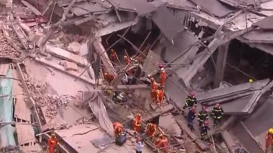 زیر آوار ماندن ۲۰ نفر بر اثر ریزش ساختمانی در شانگهای چین + تصاویر