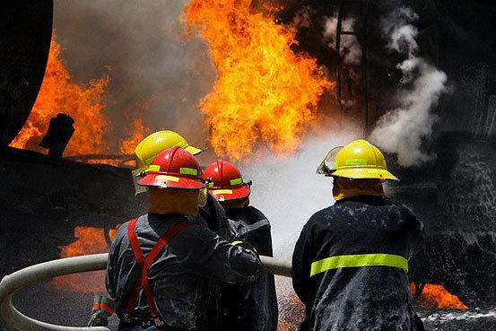 مهار آتش سوزی کارگاه تولیدی مبل در مشهد