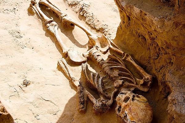 کشف بقایای اسکلت یک زن همراه با جواهرات گران قیمت +عکس