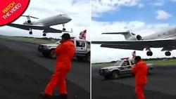 لحظه دلهرهآور عبور هواپیما از فاصله چند متری کارگر فرودگاه! +فیلم