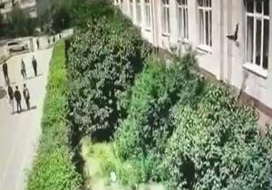 سقوط دختربچه دو ساله از طبقه دوم ساختمان بر اثر اقدام دیوانه وار مربی مهد کودک + فیلم