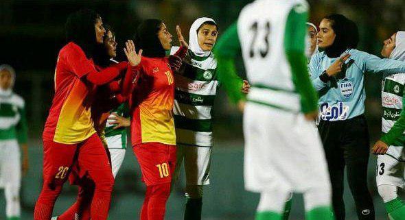 خشونت فوتبال به بانوان هم رسید/ مشت و لگد به سبک مبارزات خیابانی!