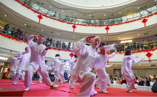 تصاویر روز: از تولد جوجه کلاغ محافظ برج لندن درانگلیس تا اجرای یک هنر رزمی در داخل فروشگاهی در چین