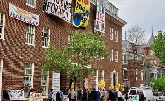 تظاهرات مقابل کاخ سفید در اعتراض به حمله به سفارت ونزوئلا در واشنگتن+تصاویر