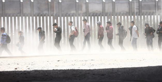 تصاویر روز: از حضور یک معلول در ماراتن دیوار بزرگ چین تا بازداشت مهاجران از سوی مقامات مرزی آمریکا