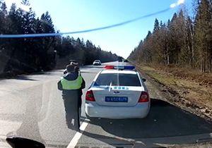 تصادف وحشتناک راننده خودرو با مامور پلیس + فیلمزیر گرفتن وحشتناک مامور پلیس حین انجام وظیفه + فیلم