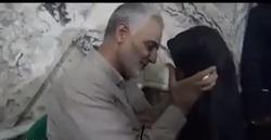 صحنه ای از رفتار پدرانه سردار سلیمانی با دختر شهیدمدافع حرم  +فیلم