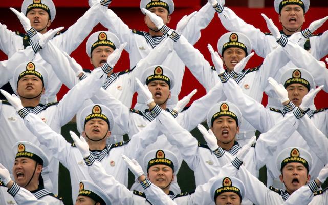 تصاویر روز: از وقوع آتش سوزی در انگلیس تا اجرای نمایش گروه کُر نیروی دریایی چین