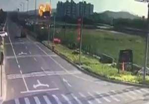 سقوط یک جنگنده شبیه به برخورد موشک با زمین + فیلم