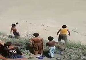 شیرجه کودکان بلوچ به یک رودخانه خروشان + فیلم