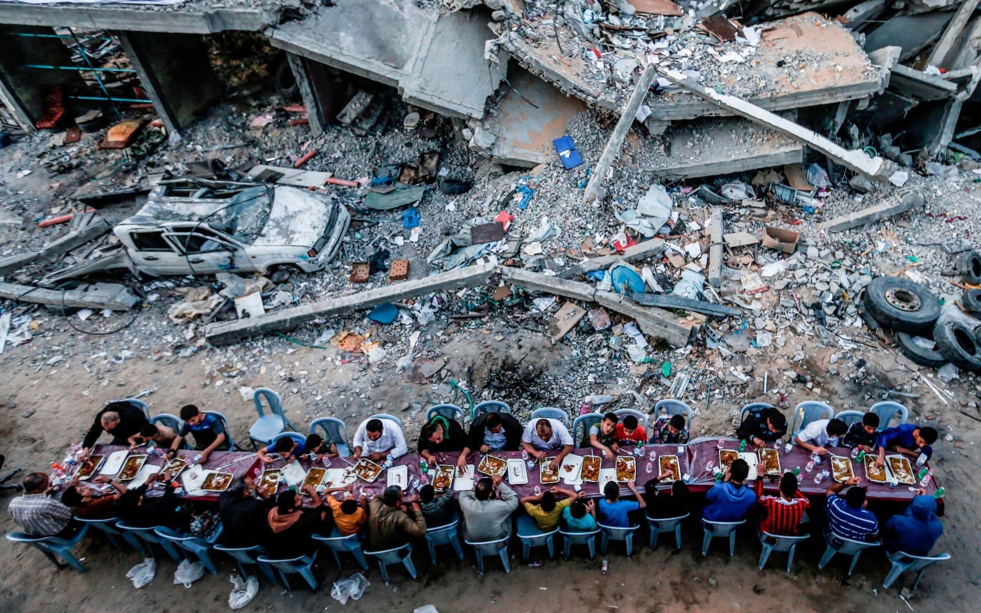 تصاویر روز: از افطار فلسطینیها کنار خرابههای نوار غزه تا پرواز فانوسهای کاغذی همزمان با سالگرد تولد بودا در اندونزی