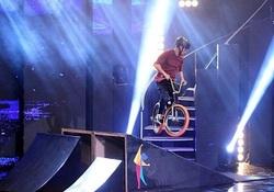 حرکات ورزشی با دوچرخه احساسات داوران عصر جدید را برانگیخت/ اعتراض رویا نونهالی به یکی از داوران+ فیلم
