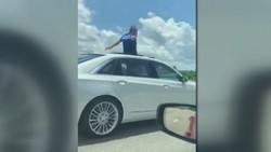 اقدام عجیب راننده بر روی سان روف خودرو در اتوبان! +فیلم