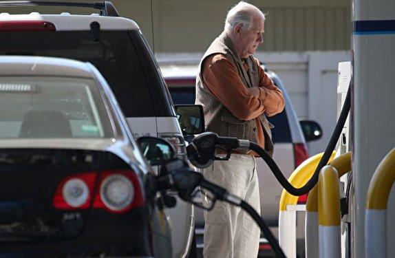 رویترز: بهای تحریم نفتی ایران را رانندگان آمریکایی پرداخت میکنند
